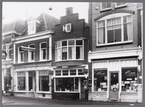 WAT001008884 Rond 1945 is van dit pand een fotozaak gemaakt van Jan Zijp. Daarvoor was het een café van Klinkhamer en ...