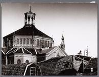 WAT001008890 Op de achtergrond de Koepelkerk uit 1853, gebouwd in opdracht van de Hervormde gemeente. Het ontwerp was ...