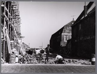 WAT001008910 Doorgang Kalversteeg-Overwhere, stratenmakers leggen de laatste stenen erin.