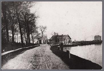 WAT001008946 Kanaalschans met gezicht op de Barrière en pontwachterwoning.Rechts achteraan de latere ambtswoning van ...