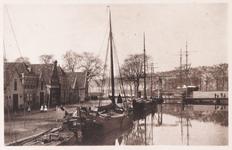 WAT001008948 V.l.n.r. Paviljoenschuit rechtsachteraan een bark / schoener. in het Noord-Hollands kanaal.Op de ...