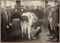 WAT001008999 Marktmelkster dames Simons.Koeienmarkt te Purmerend. Op de kop van de koemarkt verhandelde men al sinds ...