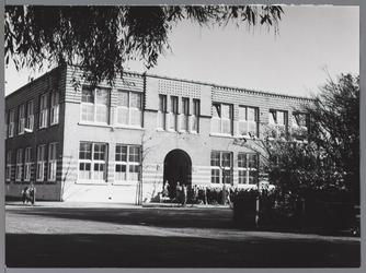 WAT001009437 Willem Eggertschool, gebouwd in 1921, Amsterdamse school. In 1995, op de gevels an, gesloopt. Gemeentemonument.