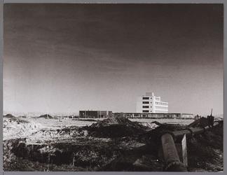 WAT001009541 Op voorgrond scholenbouw Karakietpark,daarachter het grote witte gebouw verpleegtehuis Overwhere.