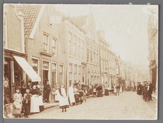 WAT001009603 Van links naar rechts, schoenhandel Rijkenberg, woninginrichting van G. de Wolf.