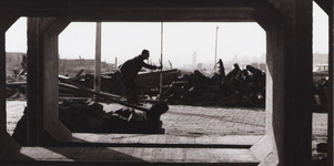 WAT001009620 Voorgrond Churchilllaan, achtergrond schoorsteen, oliestook voor woningblokken en bejaardentehuis aan de ...