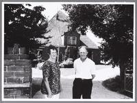 WAT001009674 Stolpboerderij Wel te vrede met op de voorgrond de heer en mevrouw Hoogendoorn.