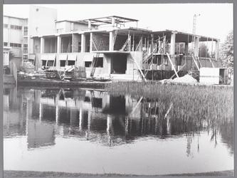 WAT001009736 Het Stadsziekenhuis kende in de naoorlogse jaren diverse uitbreidingen. Op de foto de bouw van de ...