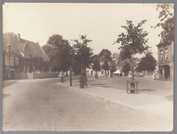 WAT001009831 Gezicht vanaf Slotplein. Aan de linkerkant met houten hekwerk het pand van apotheek Jürgens die zijn ...