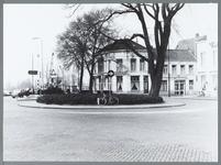 WAT001009963 Tramplein met links café-restaurant Amsterdamsepoort en rechts op de hoek hotel Bellevue, gezien vanaf de ...