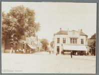 WAT001009972 Doorzicht vanaf Tramplein op Gouw en Hoogstraat. Links café-restaurant De Amsterdamse Poort en rechts ...