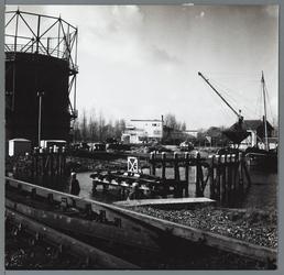 WAT001010203 Oude draai-spoorbrug over de Where, met gashouder van gasfabriek en doorzicht naar het stadsziekenhuis.