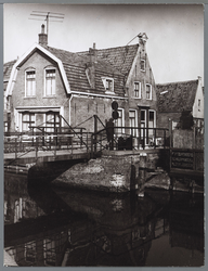 WAT001010208 De rolbrug die voor voetgangers en fietsers de verbinding vormde tussen de Weerwal en de Hoornse Buurt. ...