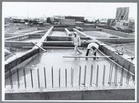 WAT001010237 Waterland bedrijven Baanstee, afvoer maken in de regen.Midden achter: tankstation Fina.Links: Motor Purmerend.