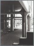 WAT001010306 Winkelcentrum Gildeplein voor de uitbreiding van de winkels, de woningen op de achtergrond staan aan de ...