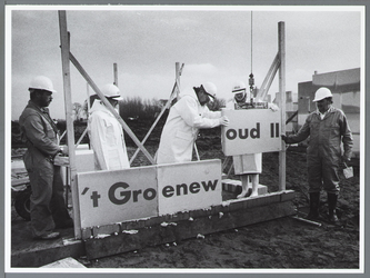 WAT001010325 Eerste steen in plan Groenewoud II gelegd door Burgemeester van Dam.