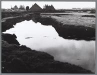 WAT001010363 Grond is uitgegraven om later over het opgespoten zand te verspreiden. Sloop van stolpboerderij familie ...