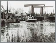 WAT001010384 Werkzaamheden aan nieuwe spoorbrug over Where. Gezien vanaf Wheredijk.