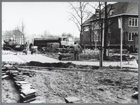 WAT001010426 Bestratingwerkzaamheden.Rechts: RHBS, gebouwd in 1922-1925 als Rijks Hogere Burger School met ...