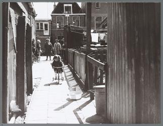 WAT001010455 Hofje bij de Bultstraat. Kind op een driewieler.