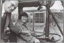 WAT001014040 Instructeur de Rooy geeft aanwijzingen aan Dieneke Harmsen om een autobus te besturen.
