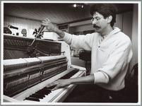 WAT001014051 Pianostemmer Hugo Groot aan het werk.