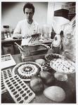 WAT001014077 Jacco Plaket aan het werk als bonbon maker.