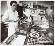 WAT001014078 Jacco Plaket aan het werk als bonbon maker.