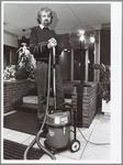 WAT001014082 Huismeester Teun Visser aan het stofzuigen in flatgebouw de Wormer.