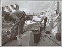 WAT001014080 Metselaars aan het werk met de aanbouw 't Noot.