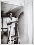 WAT001014143 Schilder Henk Kod, bezig met een schilderklus in het ziekenhuis.