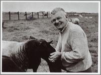 """WAT001014145 Veekeurmeester.Koeienkeurmeester Jan Zeilemaker knuffelt zijn eigen schapen. """"Deze gaan nooit naar de ..."""