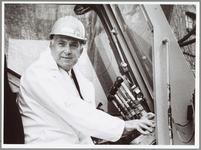 WAT001014147 Paalkeurmeester.Drieduizendste paal wordt eerste voor constructeur Bert Frederiks.Het zal je maar ...