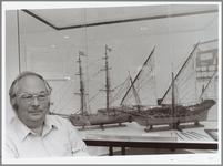 """WAT001014448 H. van Velzen bij vier van zijn modellen in het Purmerends museum. """"Ik ben een precies baasje, maar dat is ..."""