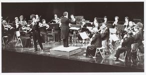 WAT001014676 Koepelkerk NH-orkest.Het N.H. Philharmonisch Orkest met links naast dirigent Roelof van Driesten, de ...