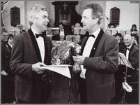 WAT001014698 Huldiging paukenist Cor Limburg door vice-voorzitter Jack Brugge t.g.v. zijn 40 jarig lidmaatschap van ...