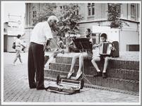 WAT001014844 Carla (16) en Frans (11) Leurs uit Purmerend trakteerden de voorbijgangers op de Kaasmarkt op een ...