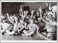 WAT001014862 Folklore dansen in de Inval.Ruim honderd leden zetten 25-jarig bestaan luister bij.Jubileum Folklore ...