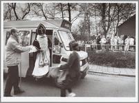 WAT001014900 Sinterklaas arriveert met buurtbus.MIDDELIE. - Sinterklaas is vandaag niet op het paard, met de boot of in ...