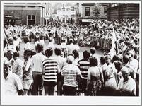 WAT001014921 Purmerade op de Kaasmarkt.Een groep majorettes laten zien wat ze in hun mars hebben.