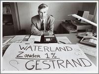 WAT001015055 Streekziekenhuis.Directeur Den Blaauwen van het Streekziekenhuis Waterland demonstreert voor de eerste ...
