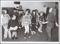WAT001015148 Wijkcentrum Open Honk de Gors organiseerde een cursus rock 'n roll voor kinderen.Foto: Basispasjes oefenen ...