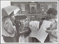 WAT001015180 N.K.O.T.B. handtekeningen actie op de Kaasmarkt.