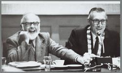 WAT001015274 Links: gemeente secretaris A.th.L. van der Land. ( van 1953 t/m 1977 )Daarnaast burgemeester J.A.C. van Burg.