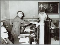 WAT001015277 V.l.n.r. gemeente secretaris A.th.L. van der Land. ( van 1953 t/m 1977 ), E.Glas, burgemeester J.A.C. van ...