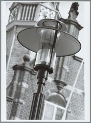 WAT001015341 De Kaasmarkt krijgt elf nieuwe lantaarnpalen. Het gaat om dezelfde lichtarmaturen die bij de bouw van ...
