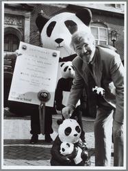WAT001015374 WNF-manifestatie.Burgemeester Th. van Dam laat als eerste de donateurskaartin de panda-bus vallen.