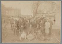 WAT001015461 Gemeente Gas dienst 25 jaar.Medewerkers van Gemeente Gas met jubileum-bord 1893-1918.