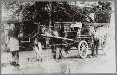 WAT001015460 De eerste wagen van de reinigingsdienst.V.l.n.r.: J. Halvemaan, W. Hille en J. van de Velde.
