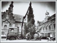 WAT001015511 Optuigen van grote kerstboom op de Kaasmarkt.